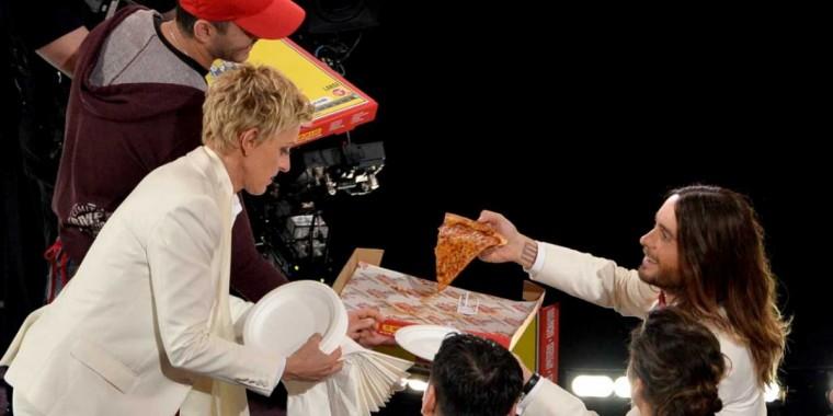 ellen-degeneres-oscars-pizza-jared-leto-1