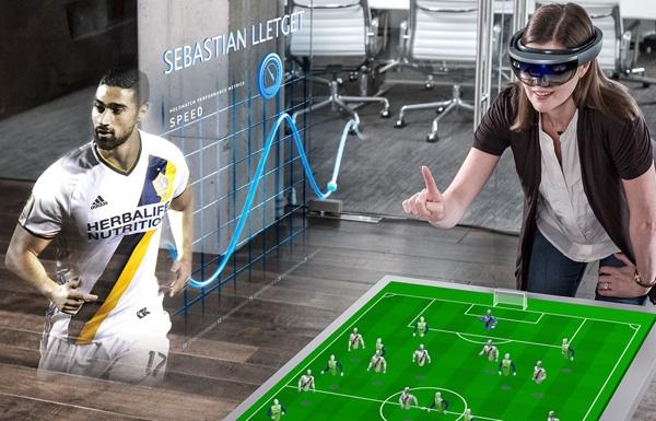 ตัวอย่างการใช้งานแว่น HoloLens จาก Microsoft หนึ่งในผู้พัฒนาเทคโนโลยี VR ในปัจจุบัน