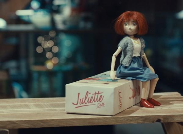 ตุ๊กตาไม้วินเทจ Juliette ที่จะปรากฏในโฆษณาทางทีวีของ McDonald ในช่วงเทศกาลคริสต์มาสนี้