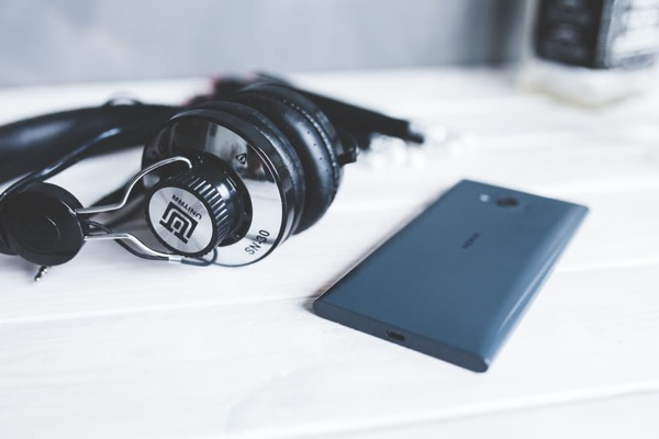 smartphone-technology-music-white